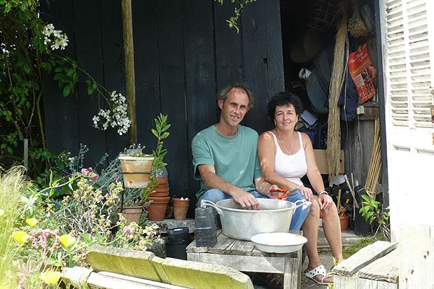 Hélène et Bruno Derozier dans leur jardin
